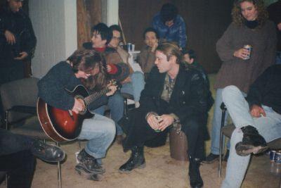 Alex Dickson i Bruce izvode Tears of the Dragon u vatrogasnoj stanici.