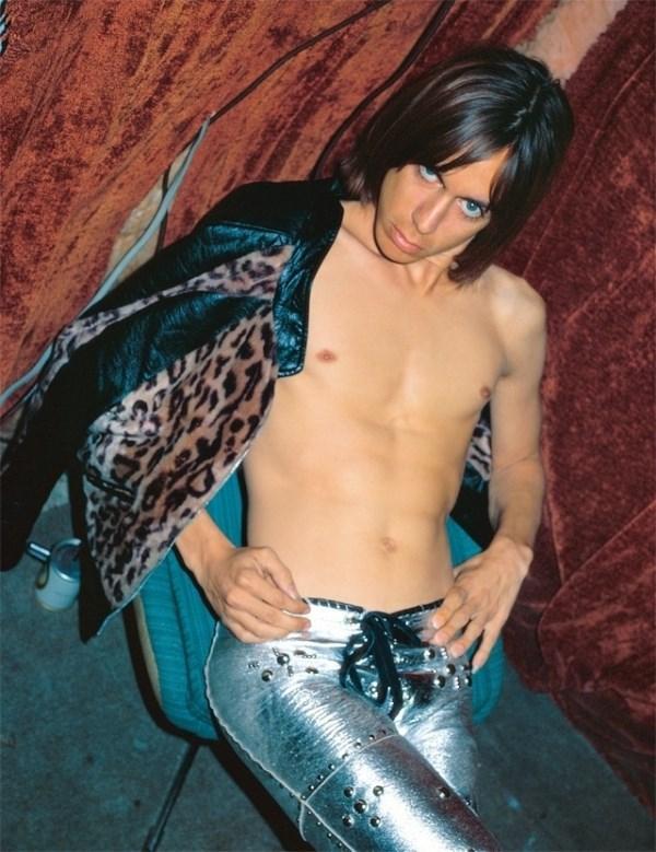 metalik hlače i jakna s leopard printom, London 1972 / foto_ Mick Rock