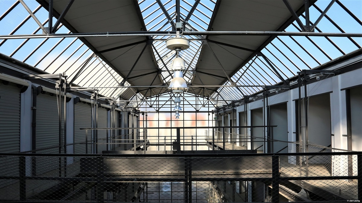 Garaža u industrijskom stilu i dalje je u funkciji u mestašcu Zale (© Jan Laurig)
