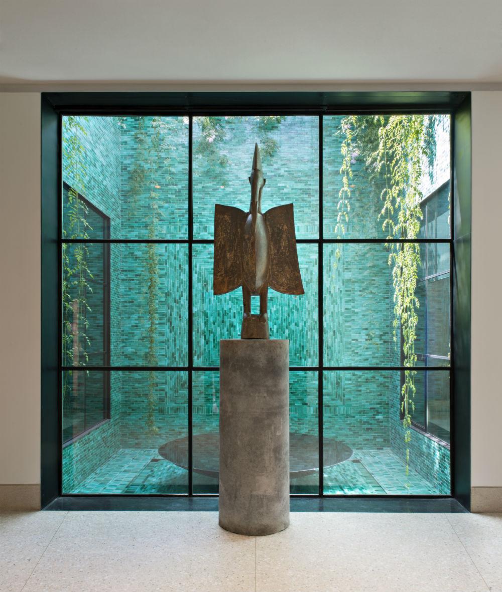 predvorje muzeja, Oiseau Sénoufo © Fondation Jardin Majorelle / Photo Nicolas Mathéus