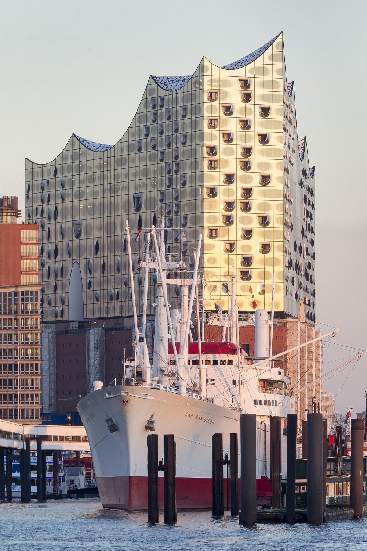 "luka u Hamburgu, muzejski brod ""Cap San Diego"" i Elbphilharmonie / Ralf Brunner, GNTB"